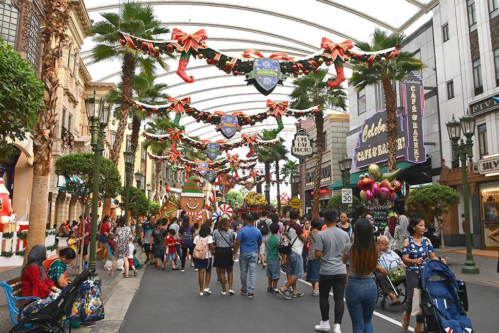 A Universal Christmas 2018 | Hollywood Boulevard